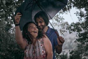 Photo sous la pluie couple parapluie