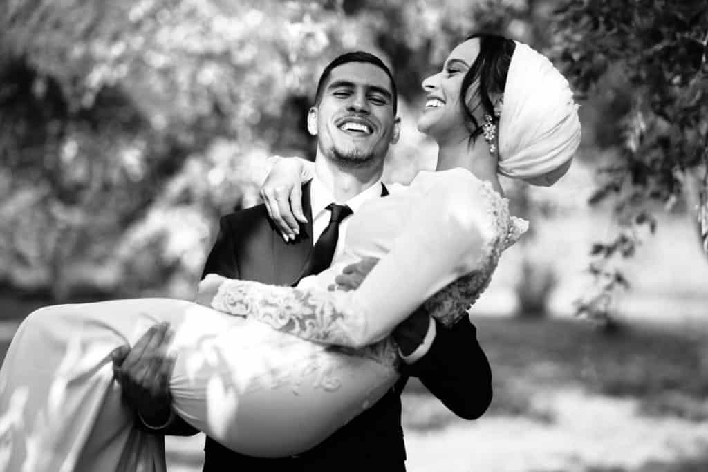 Mariée qui rigole lors mariage