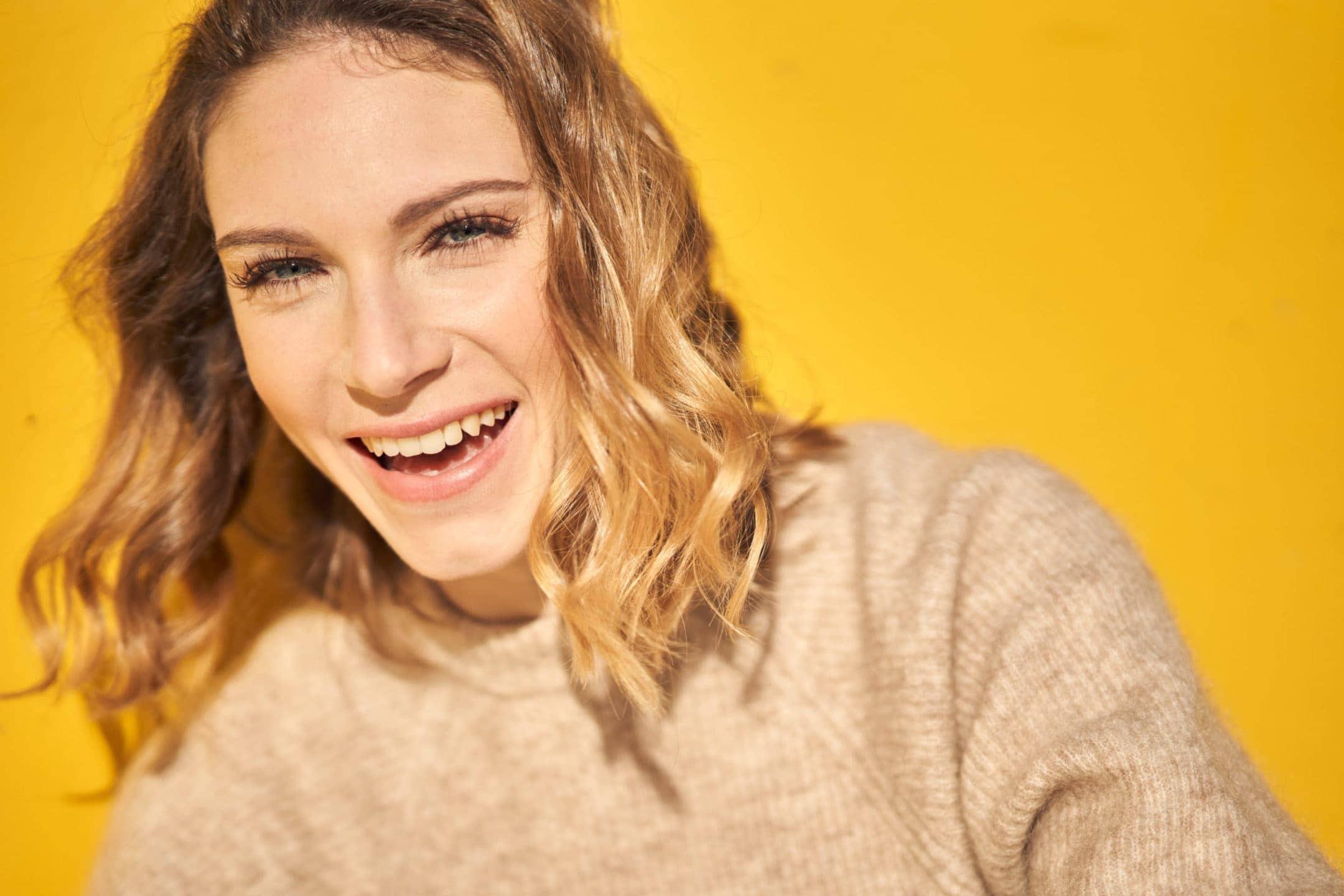 portrait femme rire