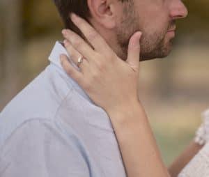 main autour du coup de son mari