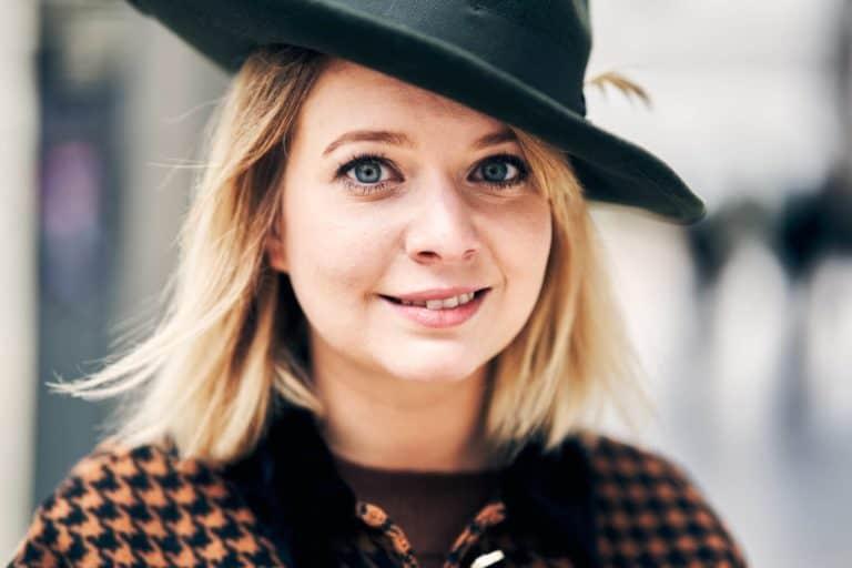 portrait femme chapeau