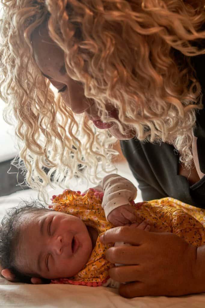 maman et bébé souriant