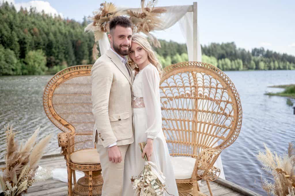 Mariés décoration bohème chic au lac