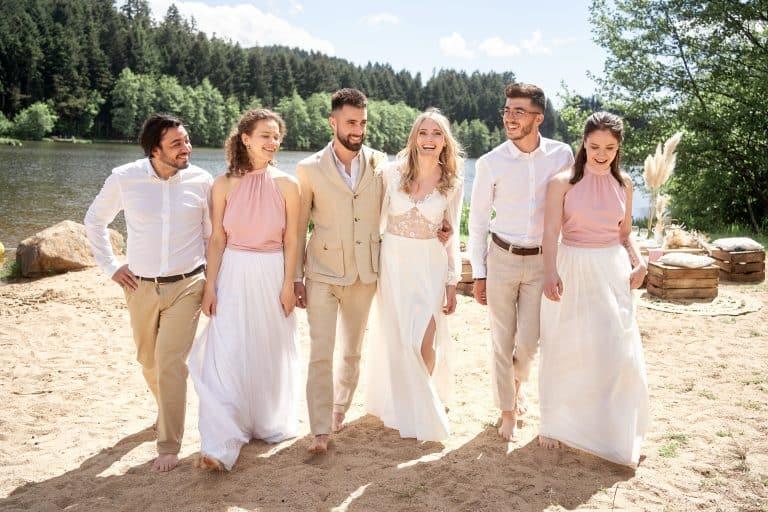 mariage groupe en train de marcher