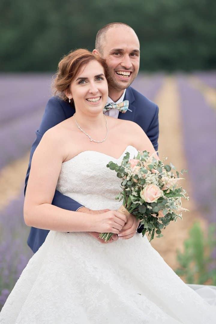 couple mariée lavande champ