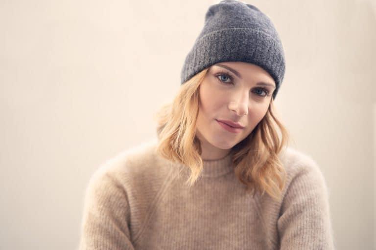 Portrait jeune femme bonnet