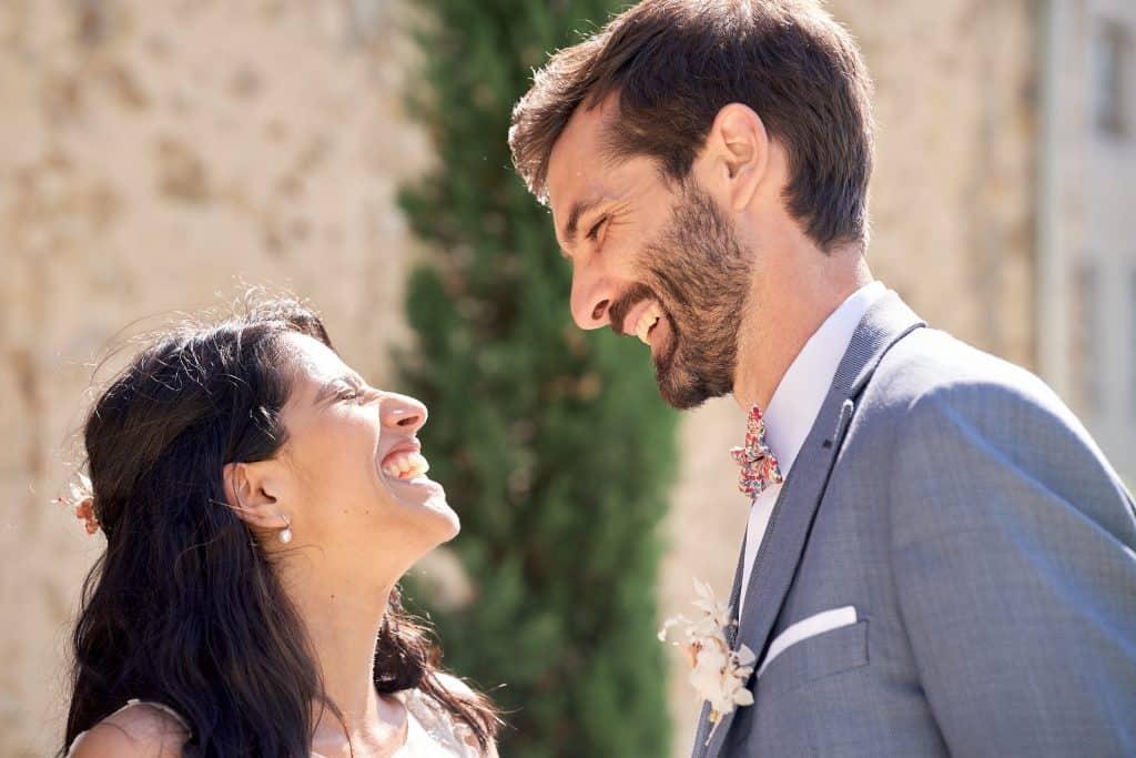 mariés morts de rire photographe