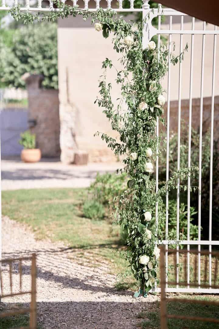 arche cérémonie laique roses blanches