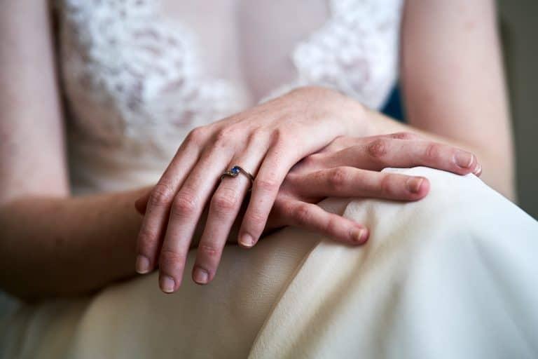 mariée bague de fiançailles et alliance annecy