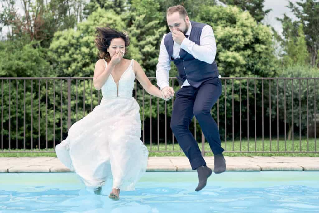 mariés qui sautent dans une piscine