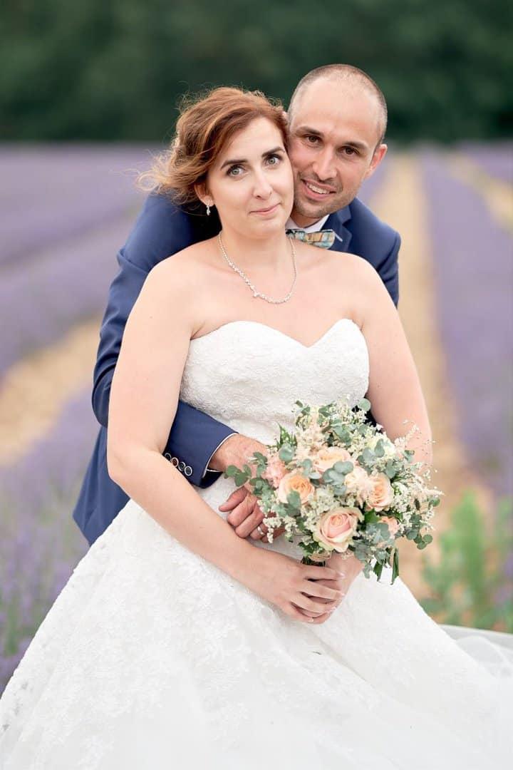 photo couple mariage lavandes château lapeyrouse