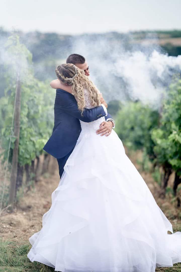 couple fumigène mariés vignoble