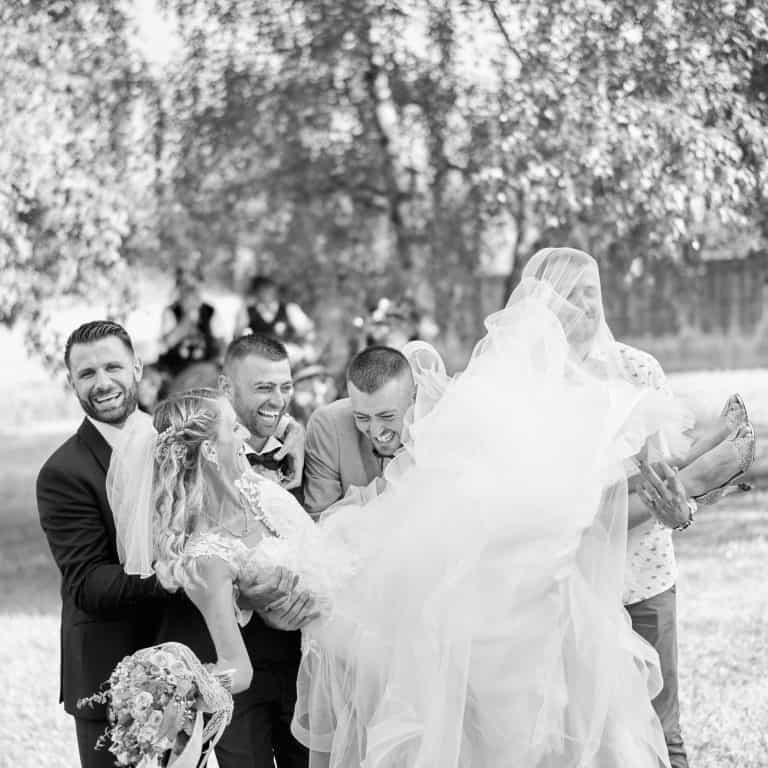mariée portée par les témoins