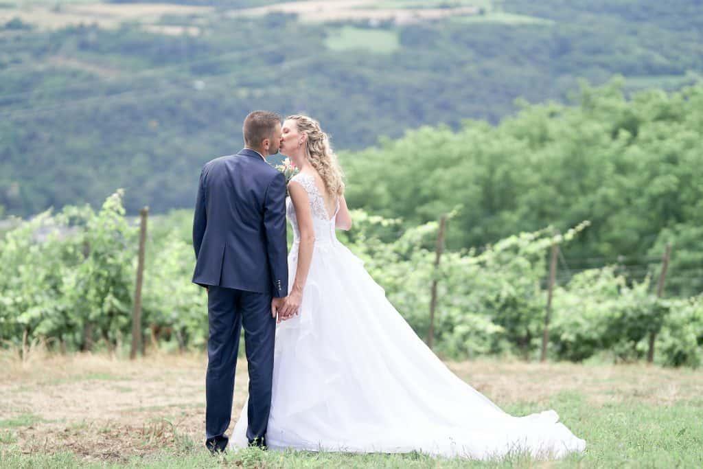 couple de mariés dans les vignes