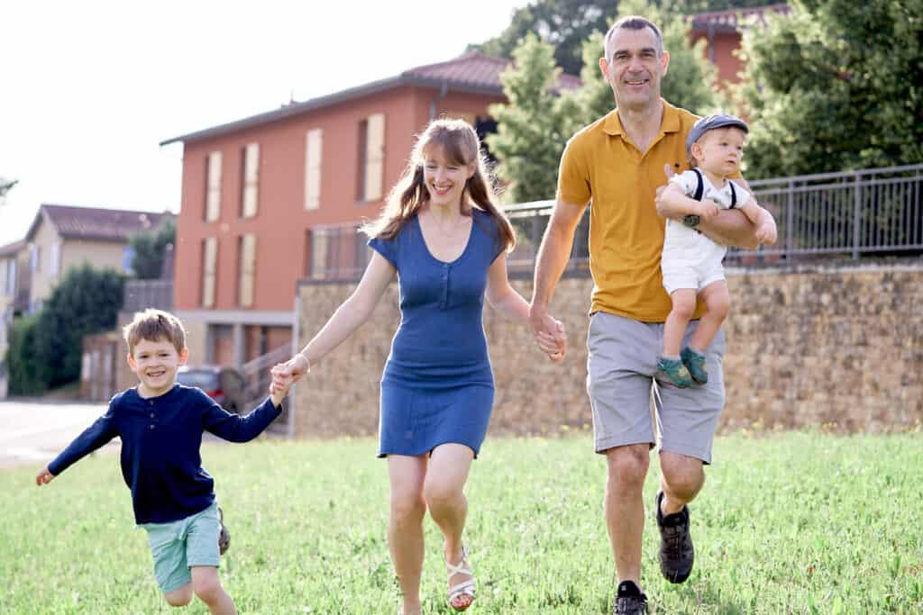 Famille en train de courir champ mont d'or