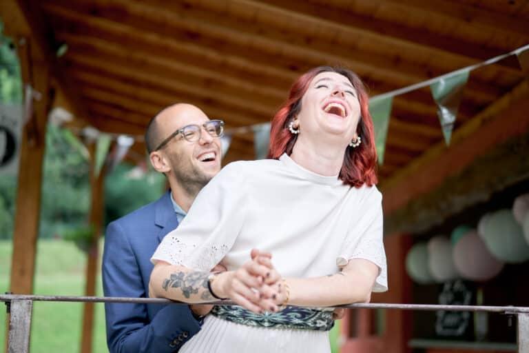 mariés rire mariage sous la pluie