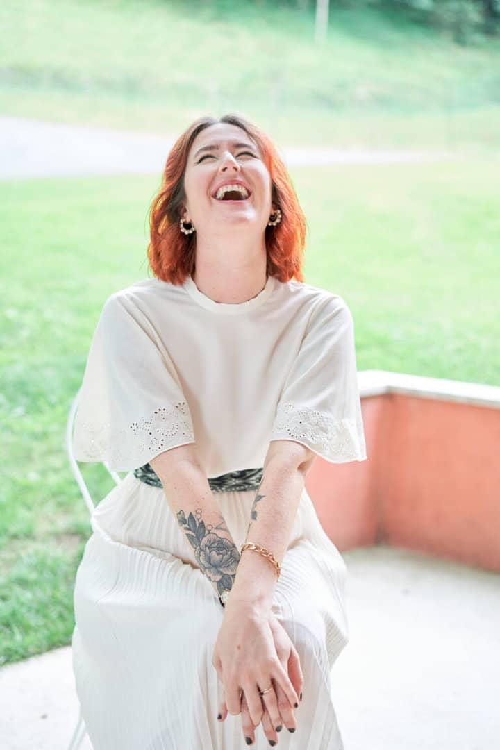 mariée rire gorge déployée