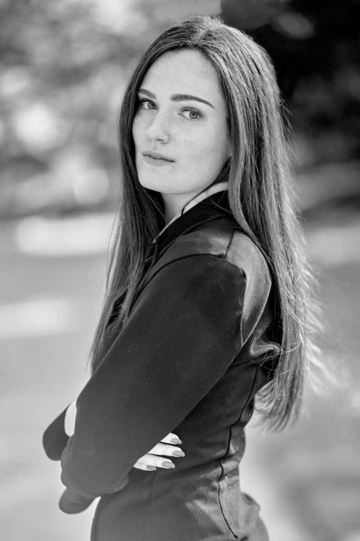 portrait jeune femme classe noir et blanc