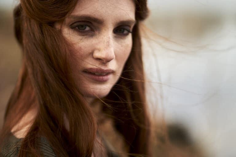 portrait femme rousse cheveux long