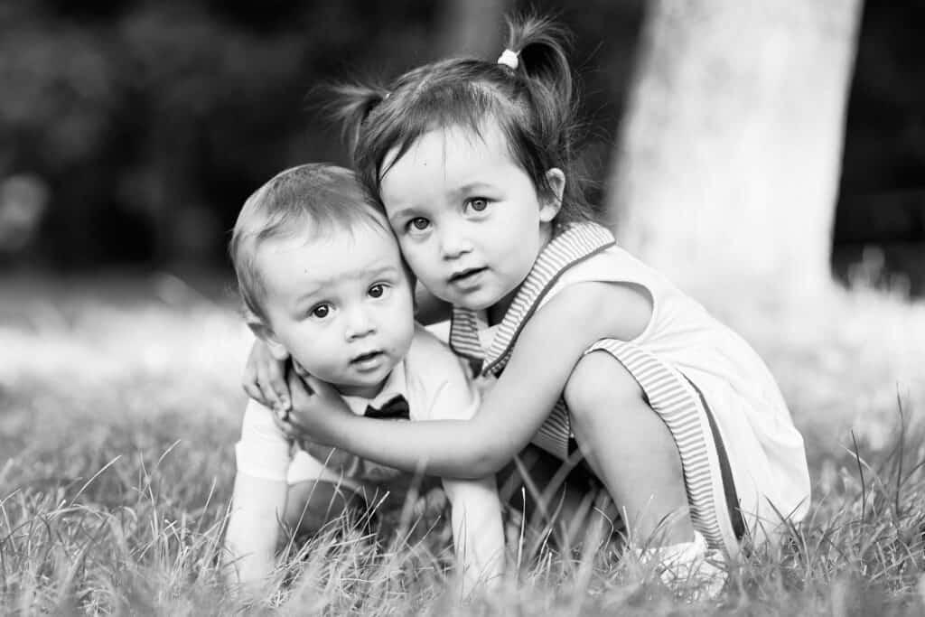 photo famille lyon noir et blanc enfants calin