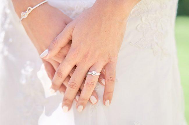 bague de fiançailles et alliance mariée photographie