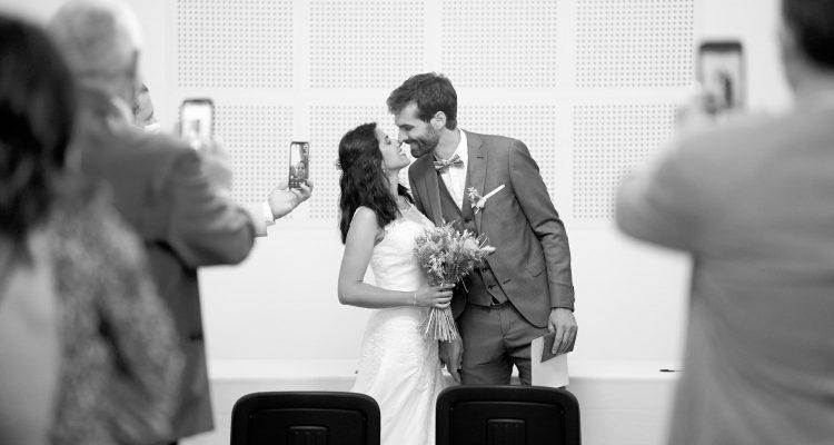 couple mariés mairie bisou