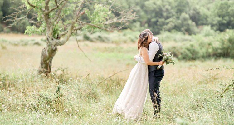 mariés champ vert blanc câilin mariage