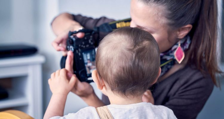 enfant regard appareil photo