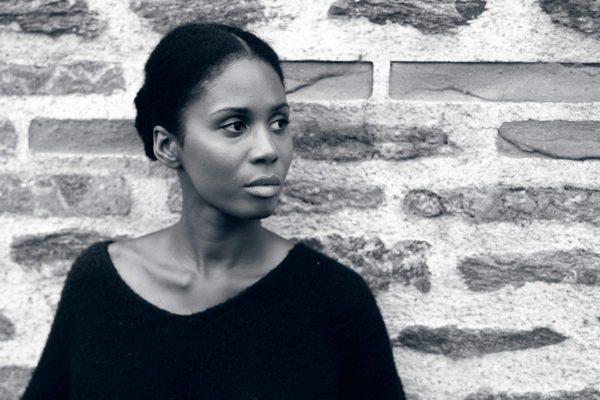 portrait femme noire sur mur en pierre