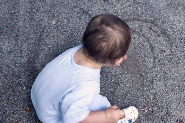 dessin dun enfant par terre