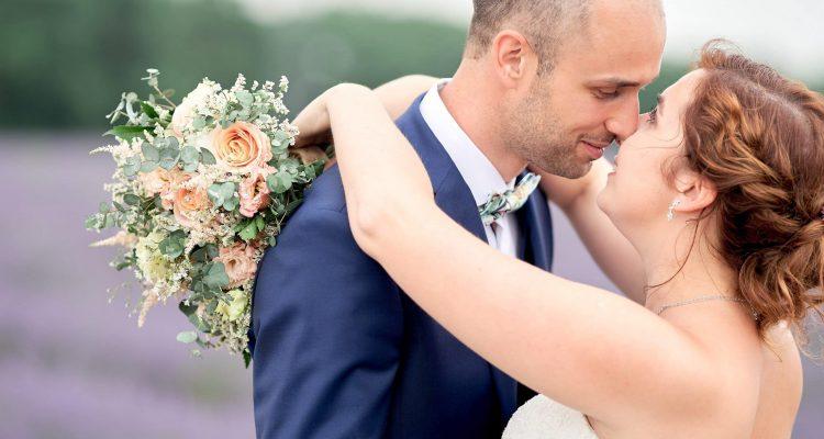 mariés couple lavandes bouquet photo portrait