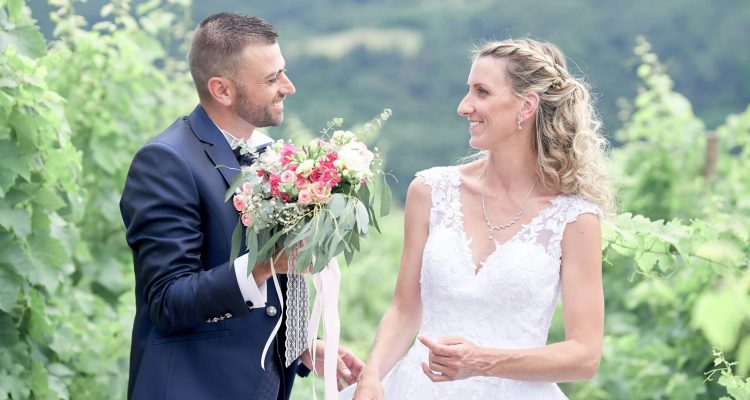 couple danss les vignes mariage bouquet