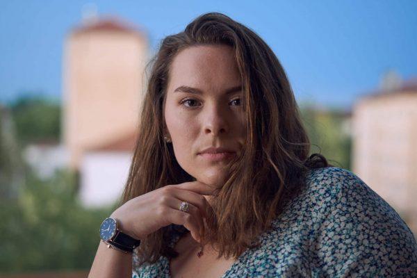 portrait femme balcon sathonay