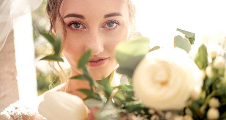 mariée gros plan voile bouquet inspiration